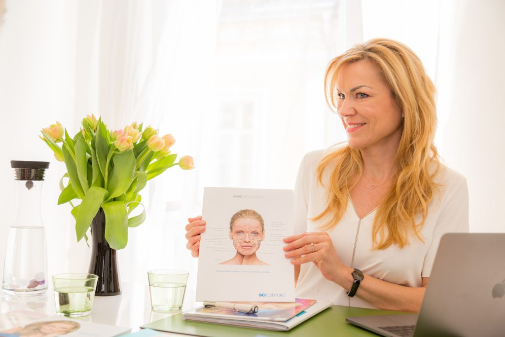 Das Foto zeigt Frau Dr. Sonja Lechner mit einer Skizze eines weiblichen Gesichtes