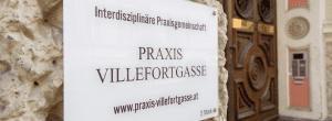 """Das Foto zeigt das Türschild der Praxis mit der Aufschrift """"Interdisziplinäre Praxisgemeinschaft Villefortgasse"""""""